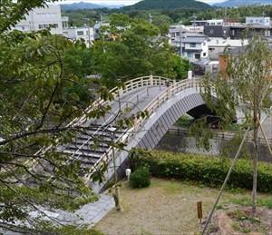 昇龍橋。天に昇る龍を思わせる急こう配が特徴的な橋である。