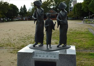 御霊神社のすぐそばにある御霊公園には福知山踊りを踊る人々の銅像が立っている。